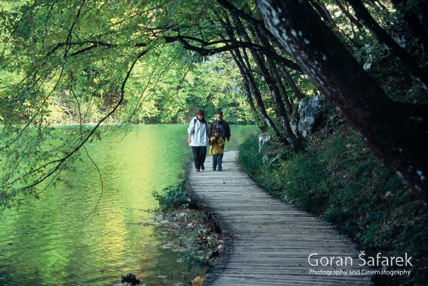 Plitvice lakes, plitvička jezera, national park, croatia, path, tourists, footbridge